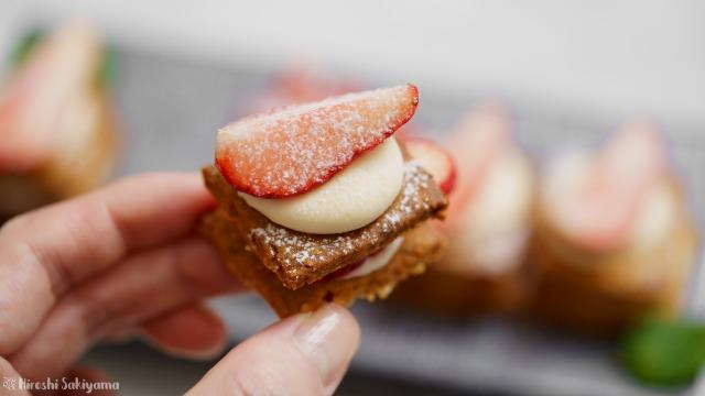 福豆クッキーで作る苺のひとくちミルフィーユを手に持った様子