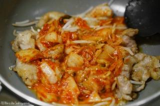 鶏肉を揚げ焼きしキムチを入れた様子