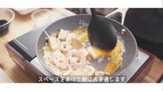 卵を炒める様子