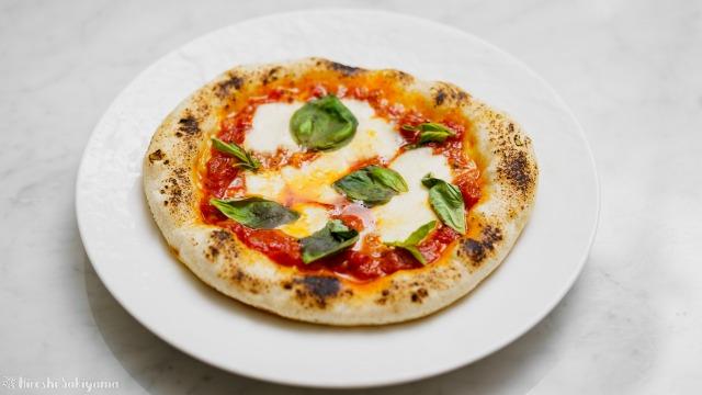 フライパンで作るカリモチなピザ(マルゲリータ)をお皿に移した様子