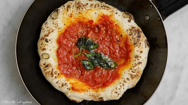 フライパンで焼く、トマトソースとバジルのシンプルなピザ、マリナーラを上から見た様子