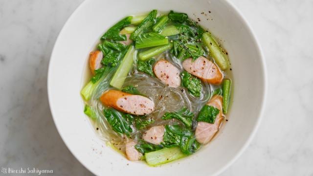 小松菜とウインナーの春雨スープを上から見た様子
