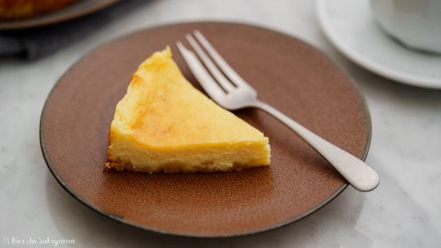 ベイクドチーズケーキの1ピースのアップ