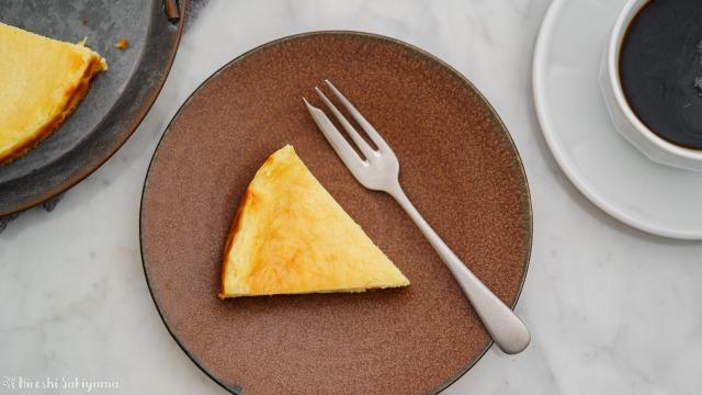 ベイクドチーズケーキの1ピースを上から見た様子
