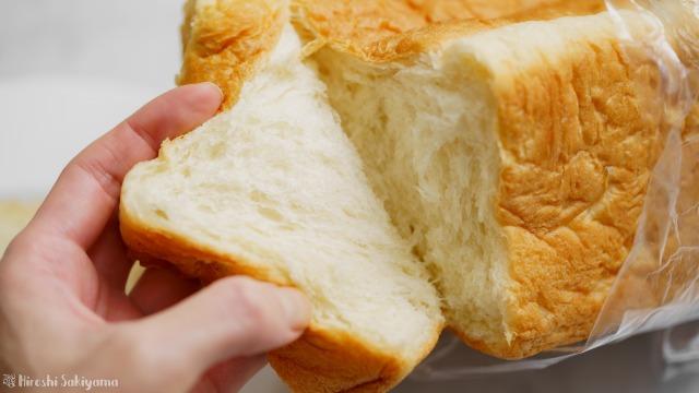 一期一会のプレーン食パンをちぎる様子