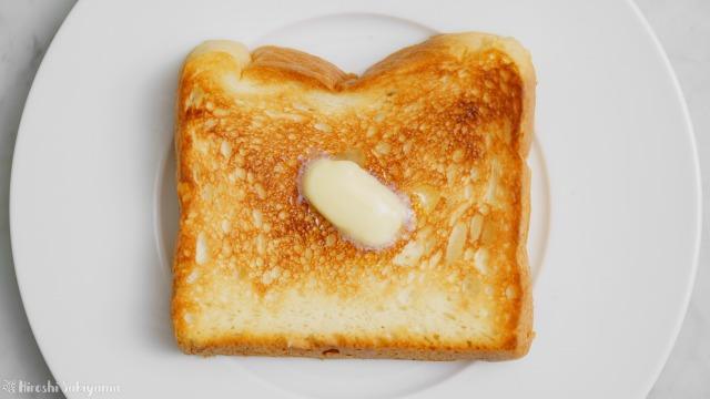 一期一会のプレーン食パンをトーストしてバターをのせた様子