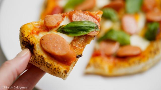 フライパンで焼く、茄子とチョリソーの辛いピザ、カラブレーゼをカット