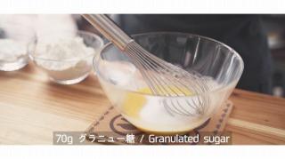 卵とバターと砂糖を混ぜる