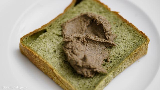 パンに塗る黒ごまきな粉バターのアップ