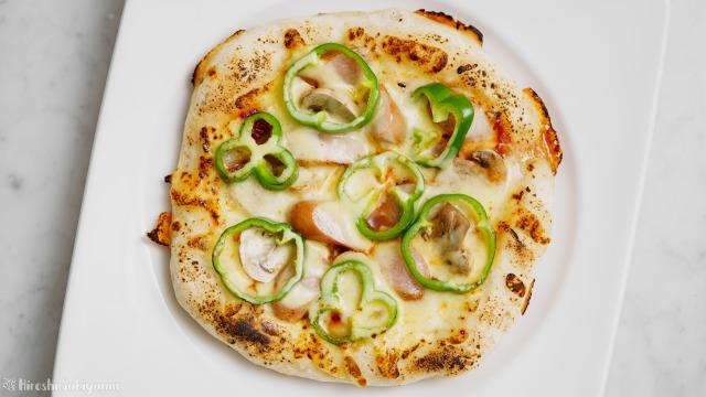 フライパンで作るマッシュルーム・ピーマン・ウインナーのケチャップピザを上から