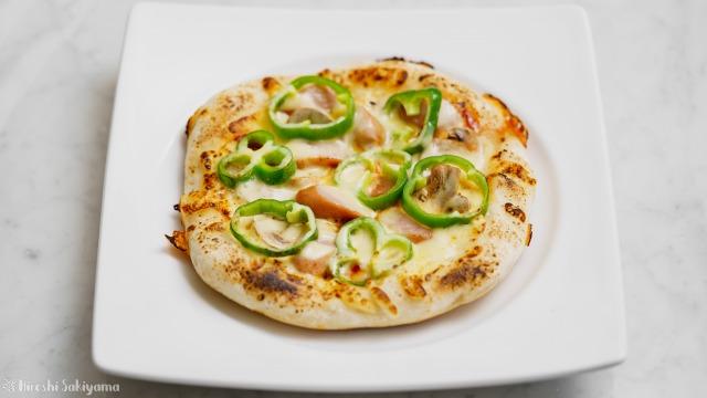 フライパンで作るマッシュルーム・ピーマン・ウインナーのケチャップピザ