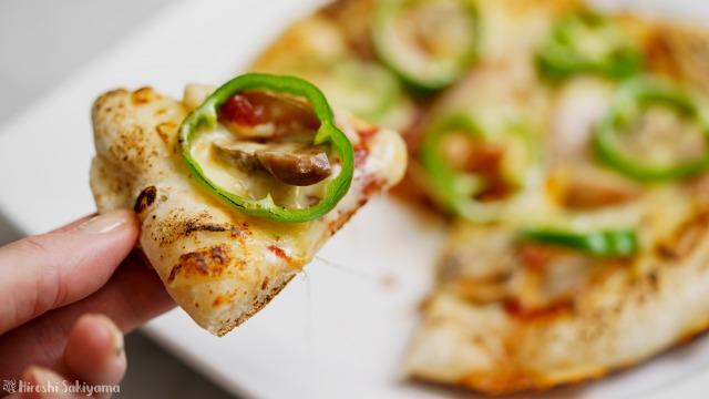 フライパンで作るマッシュルーム・ピーマン・ウインナーのケチャップピザをカット