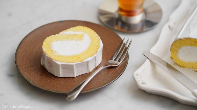カットした米粉のロールケーキ