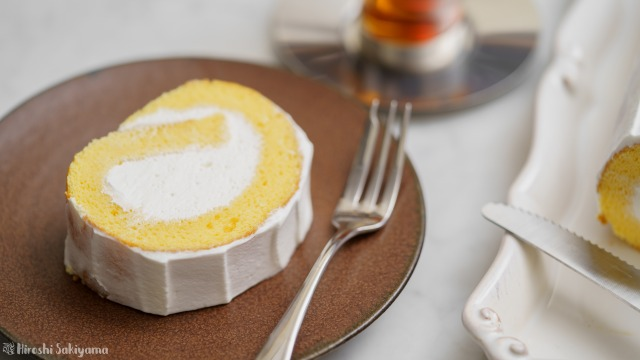 カットした米粉のロールケーキのアップ