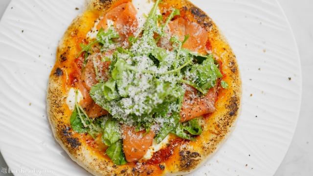 フライパンで作る、スモークサーモンとルッコラのピザ、サルモーネを上から