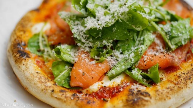 フライパンで作る、スモークサーモンとルッコラのピザ、サルモーネのどアップ