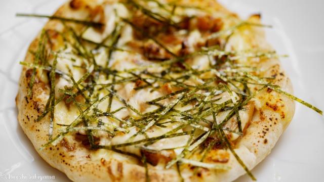 フライパンで作る照焼きチキンピザのアップ