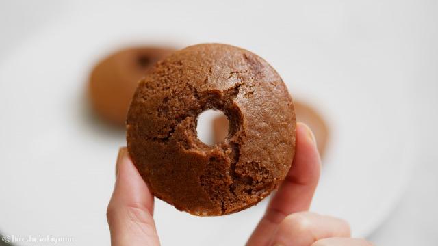米粉チョコ焼きドーナツを手に持った