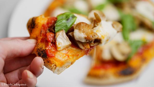 フライパンで作る、クワトロフンギ(4種のきのこ)のトマトソースピザをカットした