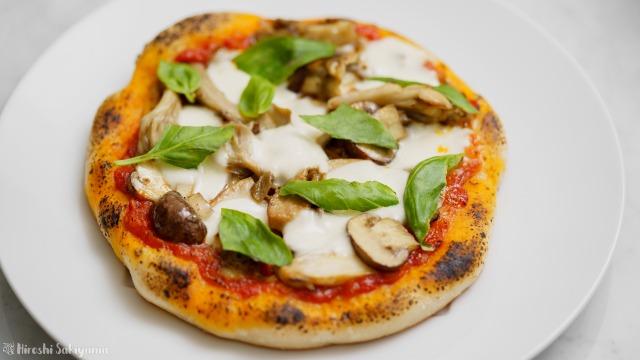 フライパンで作る、クワトロフンギ(4種のきのこ)のトマトソースピザ