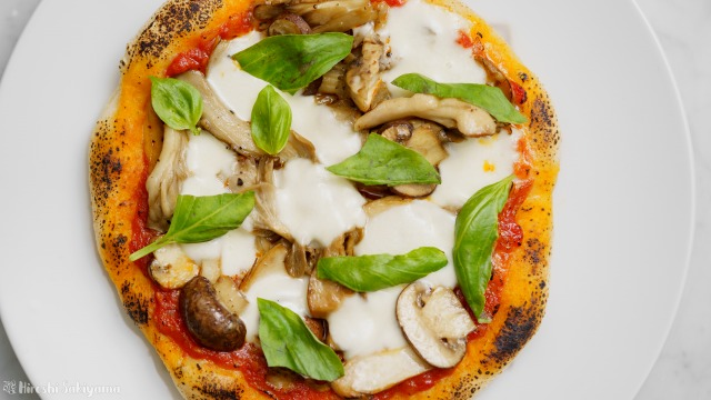 フライパンで作る、クワトロフンギ(4種のきのこ)のトマトソースピザを上から