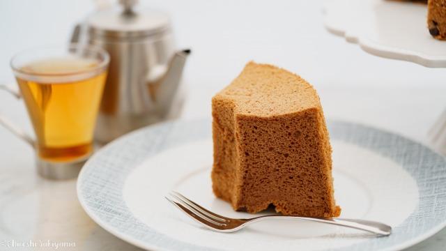 切り分けた米粉チョコシフォンケーキのアップ