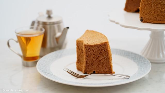 切り分けた米粉チョコシフォンケーキ