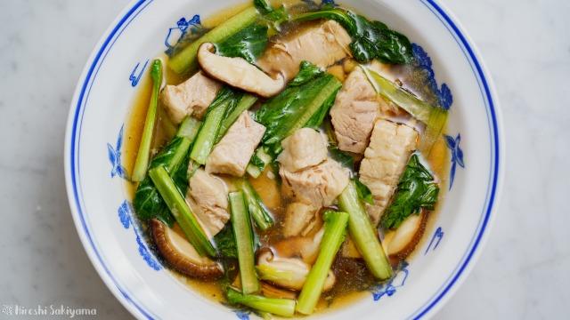 豚バラ肉と小松菜のうま煮を上から
