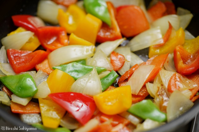 野菜類を炒める