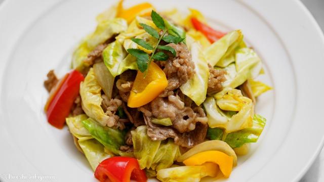 牛肉・舞茸・キャベツの炒めもののどアップ