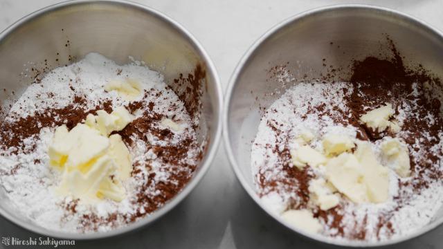 スコーンを米粉だけ変えて焼き比べ、粉類とバターを合わせる