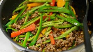 野菜類を炒めて調味料を合わせる