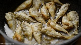 豆アジを揚げる