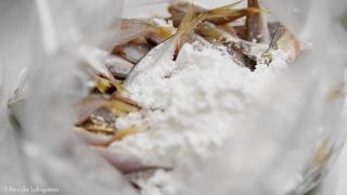 豆アジに片栗粉をまぶす