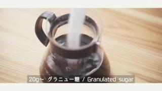 コーヒーに砂糖を溶かす