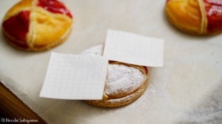 粉糖のふるい方、型紙をカットして対角線にだけ粉糖がかかるようにする