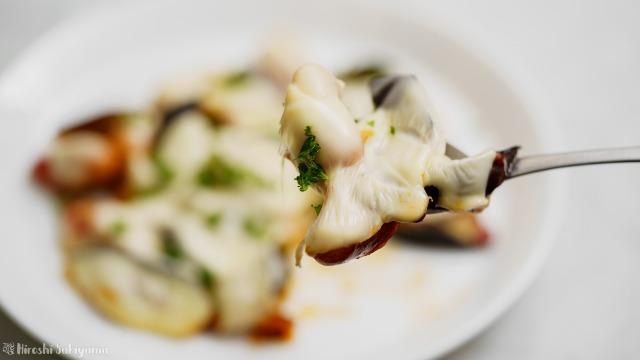 フライパンで作る茄子とウインナーのケチャップチーズ焼きをすくった