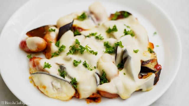 フライパンで作る茄子とウインナーのケチャップチーズ焼きのアップ