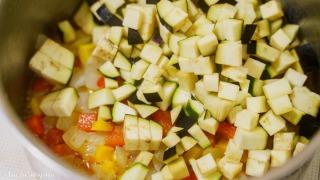 夏野菜を加えて炒める