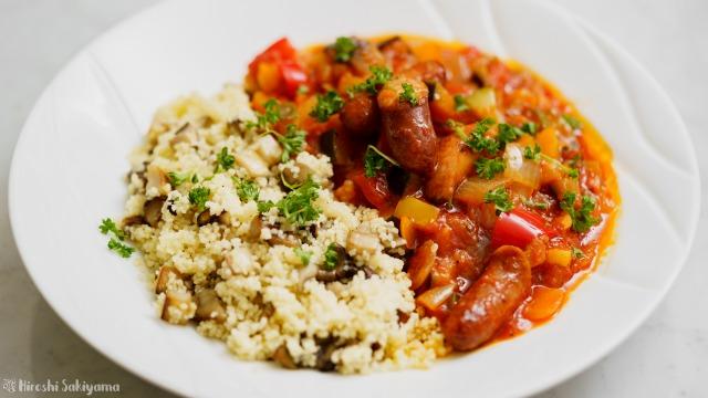 ウインナーと夏野菜のトマト煮込みとキノコのクスクス
