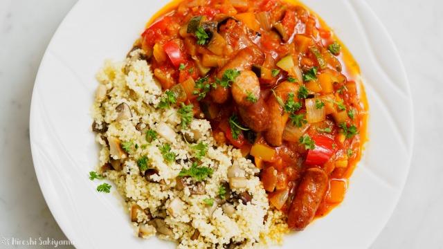 ウインナーと夏野菜のトマト煮込みとキノコのクスクスを上から