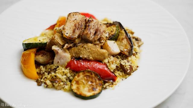 豚肩ロースのカレー煮込みと夏野菜のソテー、キノコのクスクス