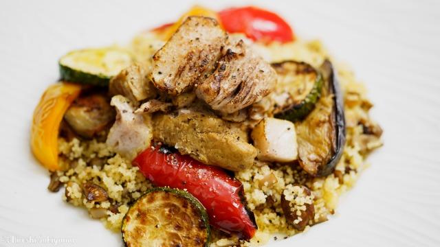 豚肩ロースのカレー煮込みと夏野菜のソテー、キノコのクスクスのアップ