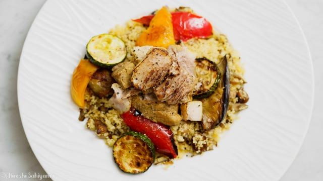 豚肩ロースのカレー煮込みと夏野菜のソテー、キノコのクスクスを上から