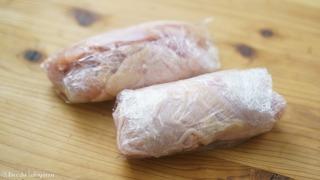 鶏をラップで包む