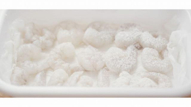 むきえびに下味をつけて小麦粉をまぶす