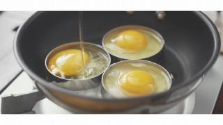 卵をセルクルで焼く