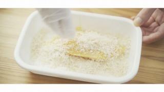 魚にパン粉をまぶす