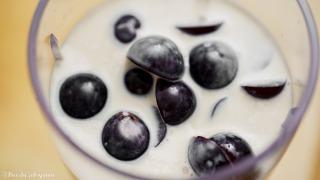 ミキサーにぶどうと牛乳or豆乳を入れる