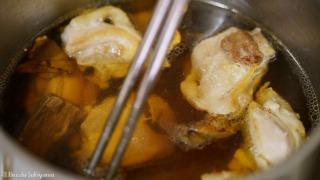 鶏肉を煮汁に入れる